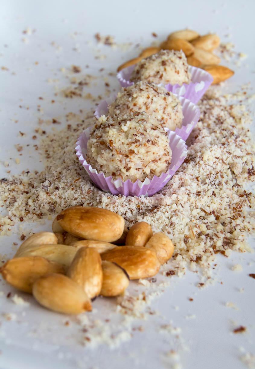 Mandljeve kroglice z belo čokolado
