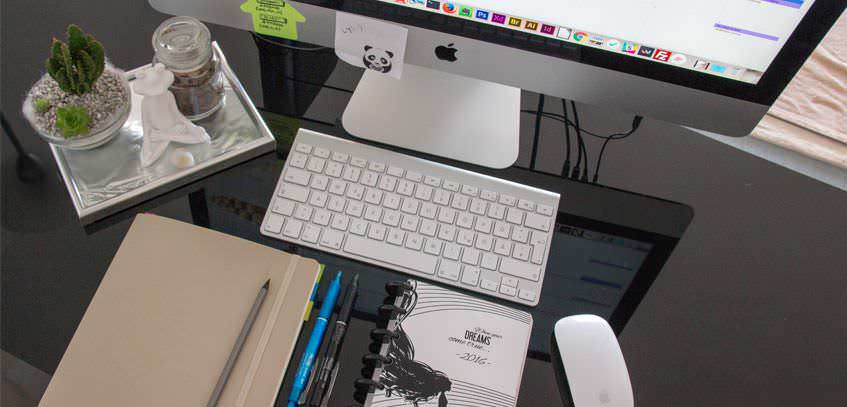 What Is On My Desk? My Desk Essentials and Organization!
